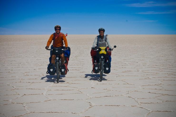 Wagner y Laura en el Salar de Uyuni, Bolivia 2009