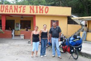 Doña Marta, Deyanira y Niko