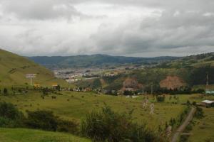 Pasto sentado en un valle
