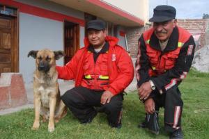 Bomberos de Guamote y su perro Matías