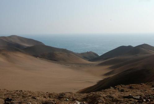 Mar entre montañas de arena