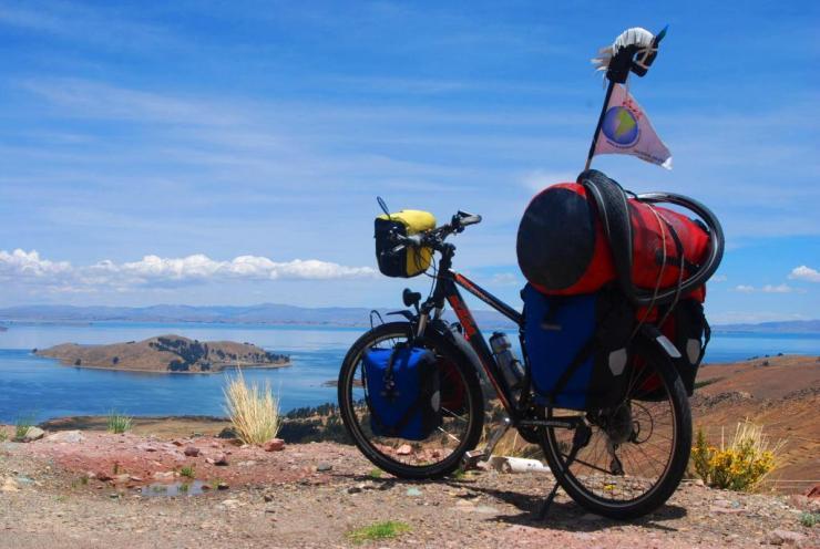 Rosendo mirando el Titicaca