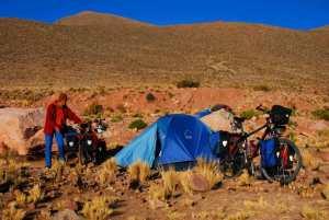 acampando sobre la montaña