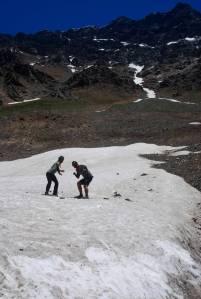 esquiando sobre la nieve