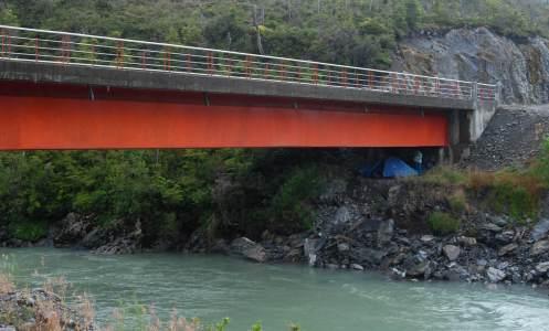 acampando bajo el puente