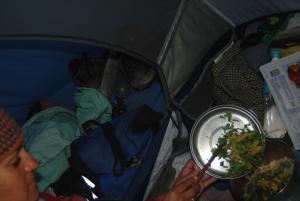 cocinando dentro de la tienda de campaña