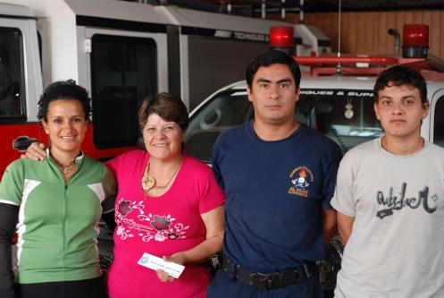 Alicia y sus compañeros bomberos de Alvear