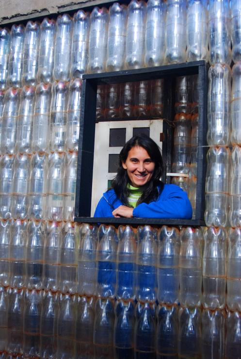 Doña Rosi en la casa de las botellas