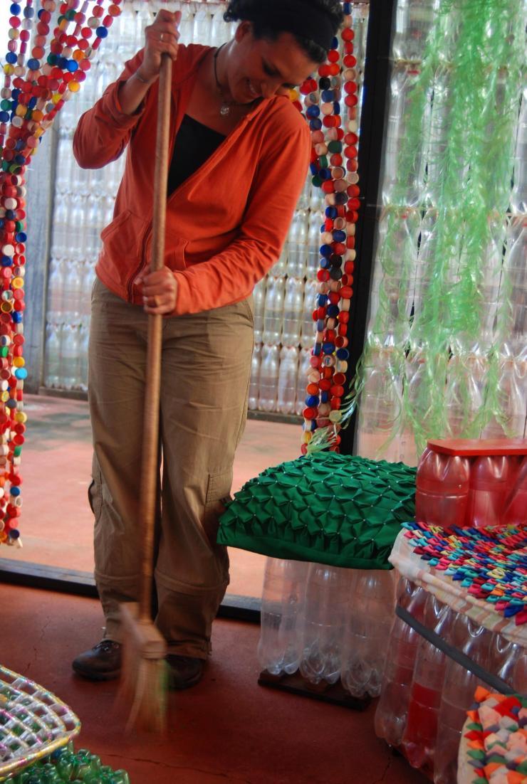 Escoba de hilos de botellas
