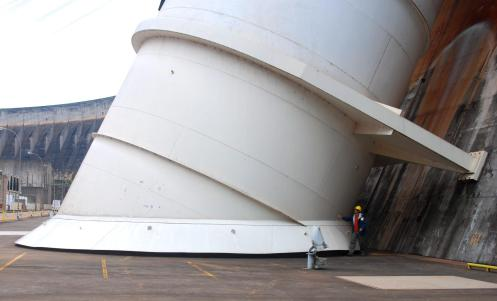 Wagner al pie del acceso a una de las 20 turbinas