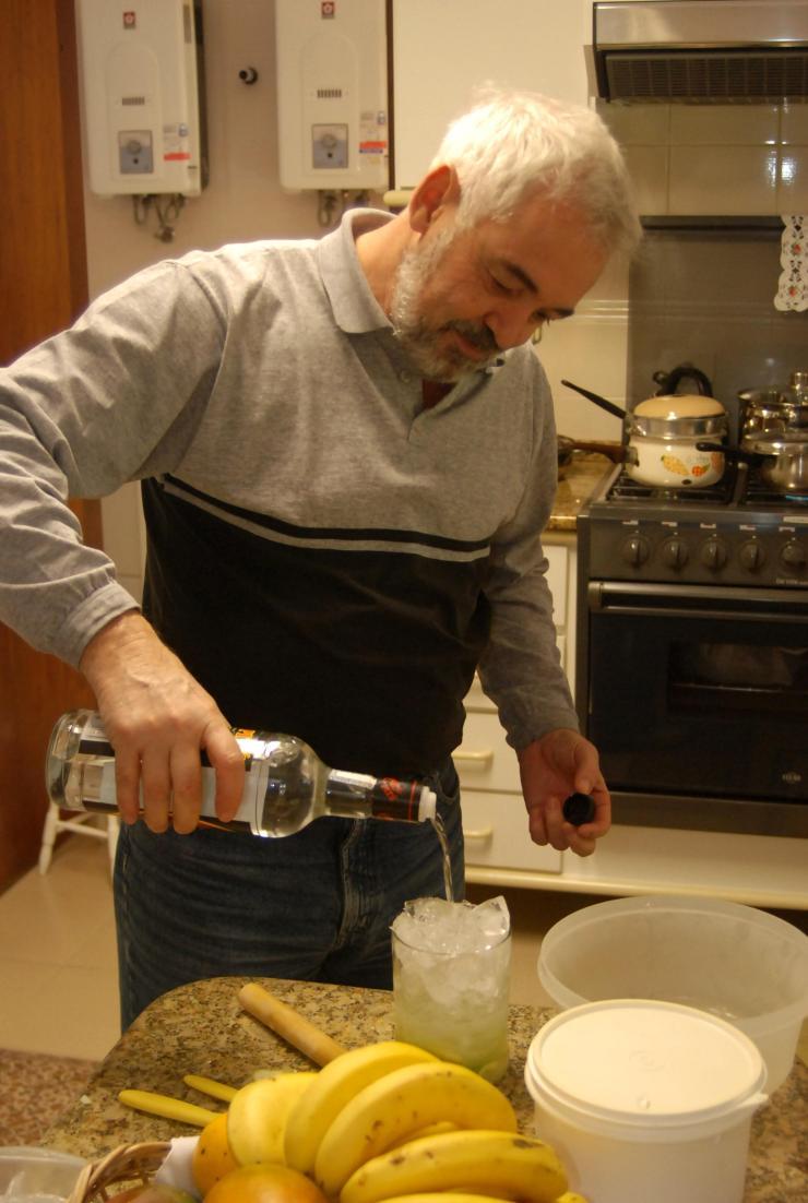 Don Alir Proenca preparando una sabrosa Caipirinha