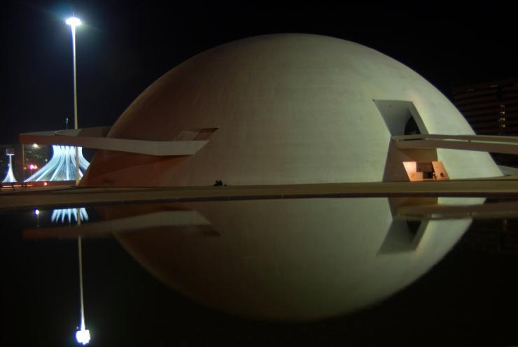 Reflejo nocturno del Museo Nacional