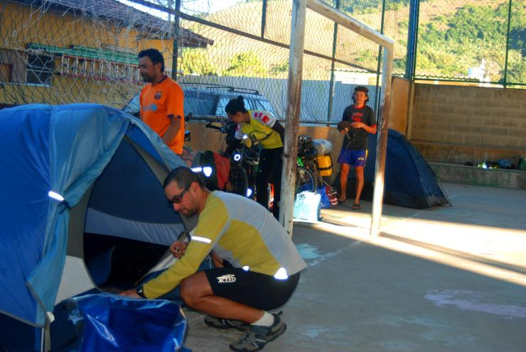acampando en polideportivo de Marangatiba
