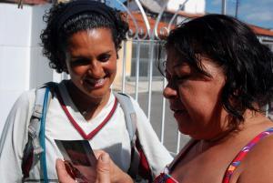 Doña Soledad dándonos su foto de SAPEKA
