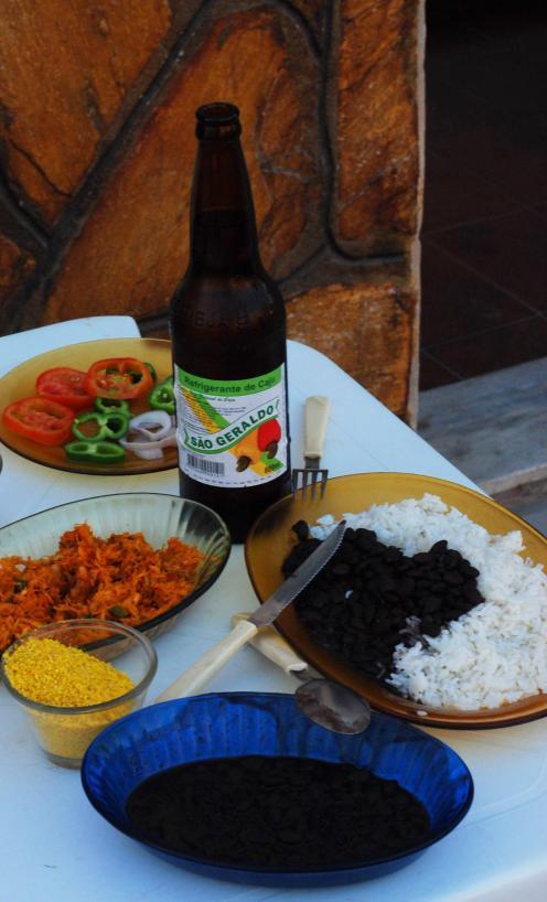 almuerzo con arroz, frijoles y gaseosa de marañón