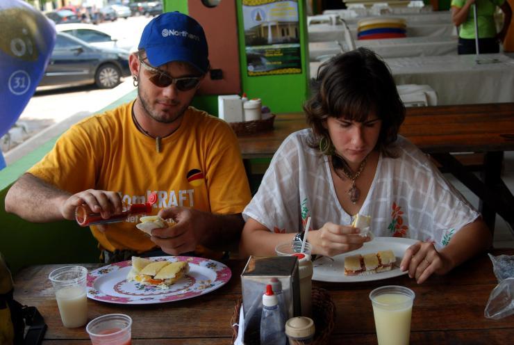 Kamila y Sidney comiendo tapioca