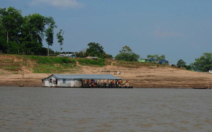 una casa flotante y una ribera deforestada
