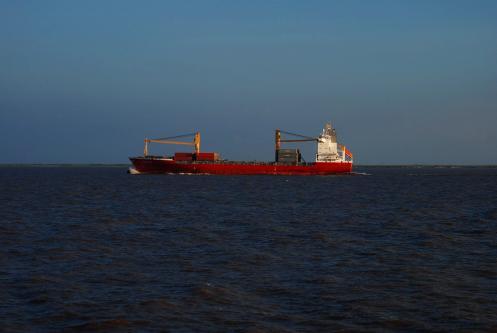 embarcaciones de gran calado cruzando el Amazonas