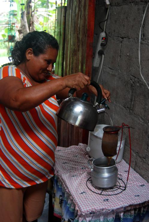 doña María chorreando cafecito